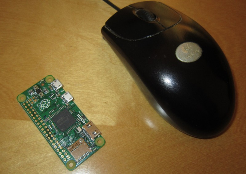 Eine normale Maus wirkt neben dem Pi Zero beinahe monströs groß