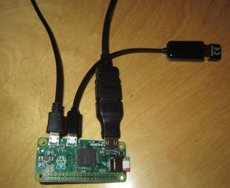 Pi Zero mit USB-Stromversorgung, USB-A-Adapter mit WLAN-Stecker sowie HDMI-Adapter und HDMI-Kabel